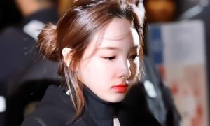 Na Yeon bị fan biến thái theo đuôi lên cả máy bay
