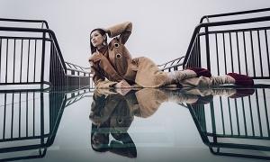 Khánh Vân, Kim Duyên tạo dáng trên cầu kính