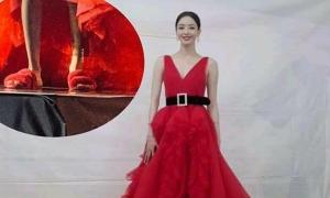 Mỹ nhân Hàn đi dép lê ở lễ trao giải GDA vì... quá cao