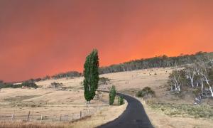 Bầu trời rực lửa ở Australia