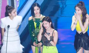 Phản ứng hài hước của ITZY khi Yeji đọc nhầm tên lễ trao giải