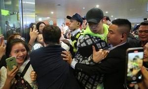 EXO bị sờ mó, lộ thông tin hộ chiếu khi đến sân bay Nội Bài