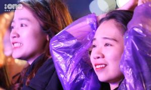 Fan Kpop đội mưa ngắm thần tượng