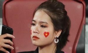 Bạn gái tin đồn của Quang Hải cổ vũ U23 Việt Nam