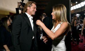 Brad Pitt nắm tay, chăm chú theo dõi Jennifer Aniston