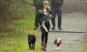 Meghan đưa con trai đi dạo ở Canada