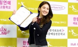 Somi, Ryu Jin (ITZY) khoe visual tại lễ tốt nghiệp trung học