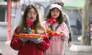 Nam thanh nữ tú đến chùa Hà cầu duyên dịp Valentine