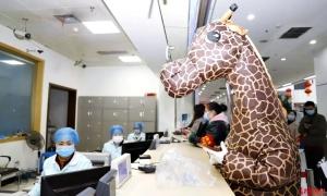 Sợ lây nhiễm virus, cô gái mặc đồ hươu cao cổ đến bệnh viện