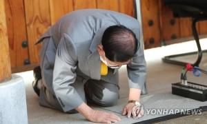 Thủ lĩnh Tân Thiên Địa quỳ gối xin lỗi