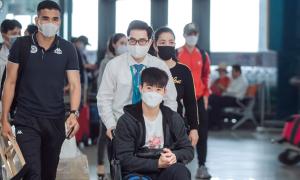 Duy Mạnh ngồi xe lăn sang Singapore phẫu thuật