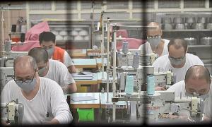 Tù nhân Đài Loan ngày đêm may khẩu trang chống Covid-19