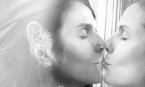 Nụ hôn qua kính cách ly của vợ chồng Heidi Klum