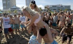 Thanh niên nhiều nước mở 'tiệc corona' bất chấp phong tỏa