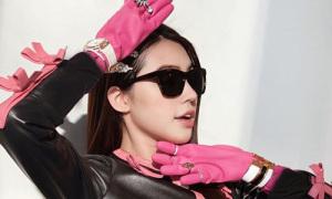 Hoa hậu 'con nhà giàu' biến găng tay rửa bát thành đồ 'chanh sả'