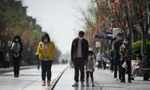 Người Trung Quốc cúi đầu mặc niệm nạn nhân Covid-19