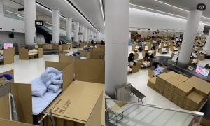 Nhật 'cách ly tại chỗ' khách tới sân bay trong các hộp carton
