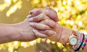 Cách nắm tay nói gì về chuyện tình cảm?