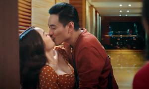 Kaity Nguyễn hôn Kiều Minh Tuấn trong 'Tiệc trăng máu'