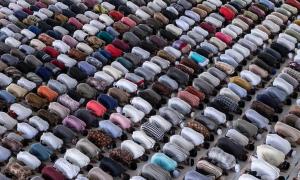 Người Indonesia đứng sát nhau cầu nguyện bất chấp Covid-19