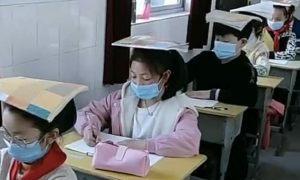 Học sinh Trung Quốc đội sách trên đầu để tránh cận thị