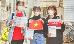 Người Việt tặng khẩu trang miễn phí ở Nhật Bản