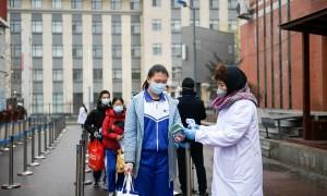 Học sinh Trung Quốc đeo vòng cảnh báo sốt đến trường