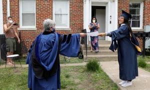 Lễ tốt nghiệp 'kỳ lạ' của sinh viên giữa Covid-19