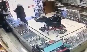 Ngồi xe lăn cướp tiệm vàng bằng súng giả