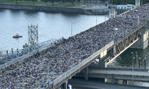 Người biểu tình 'nằm chết như George Floyd' gây tắc cả cây cầu