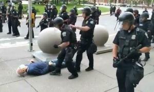 Cảnh sát đẩy người ngã đập đầu xuống vỉa hè, chảy máu