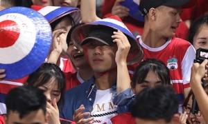 Xuân Trường 'đội lốt' CĐV cổ vũ Hoàng Anh Gia Lai