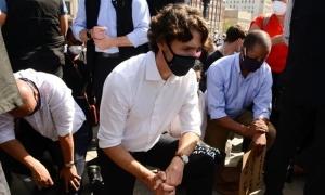 Thủ tướng Canada quỳ gối biểu tình phân biệt chủng tộc