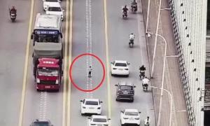 Cậu bé 5 tuổi đi xe trượt giữa làn ôtô đông đúc