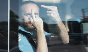 Cảnh sát giơ 'ngón tay thối' vào người biểu tình bị chuyển công tác