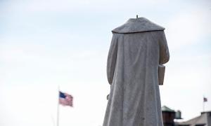 Người biểu tình cắt đầu tượng Columbus ở Mỹ