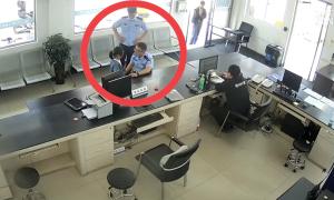 Bé gái xin cảnh sát giam giữ 5 ngày vì trộm đồng hồ của bạn