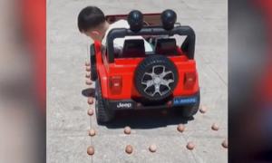 Tay lái 5 tuổi tiến lùi cực đỉnh, thách thức mọi chướng ngại