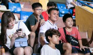 Quang Hải được fan bao vây trên khán đài