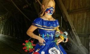 Cô gái làm váy dạ hội về Covid-19 từ băng dính
