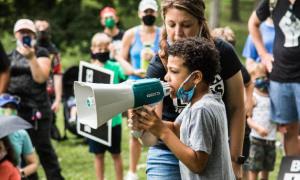 Cậu bé 8 tuổi tổ chức biểu tình vì người da màu