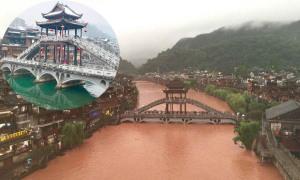 Phượng Hoàng cổ trấn trước và sau khi ngập trong nước lũ