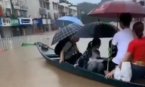 Học sinh Trung Quốc chèo thuyền đi thi