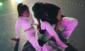 Chi Pu đau đớn vì rách cơ đùi khi tập vũ đạo