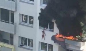 Cứu sống hai đứa trẻ rơi từ tầng 3 chung cư đang cháy
