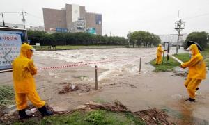 Busan ngập nhiều nơi, 3 người chết vì mưa bão