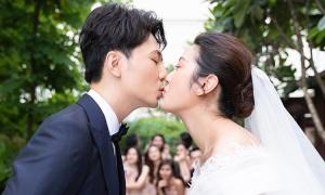Thúy Vân hôn chú rể trước giờ cử hành hôn lễ