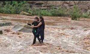 Mắc kẹt giữa dòng nước lũ vì mải chụp selfie