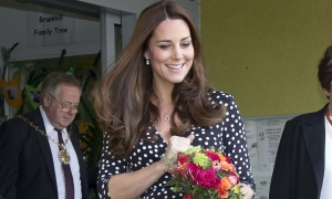 11 lần Kate Middleton giúp 'sold out' đồ bình dân