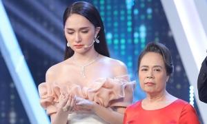 Mẹ Hương Giang khóc khi đi tìm con rể
